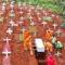 Ако не носиш маска в Индонезия, копаеш гробове за починали от Covid-19